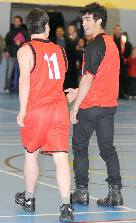 joe-jonas-special-olympics-basketball%20(4)