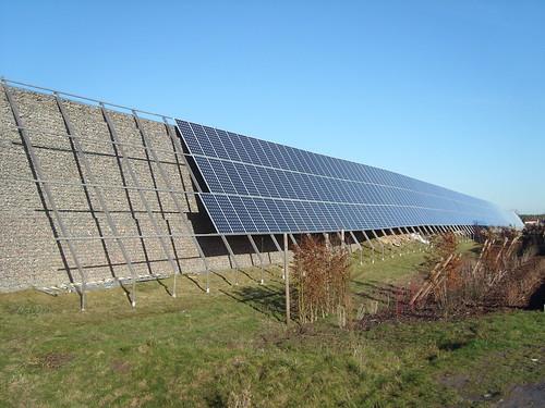 Der letzte Rest im Osten fehlt an der Photovoltaikanlage an der Lärmschutzwand
