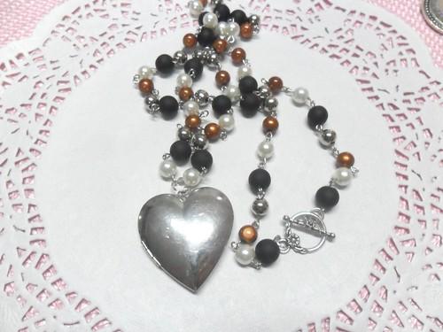 Colar preto e camel com relicário coração by Fuxiquices-da-isa