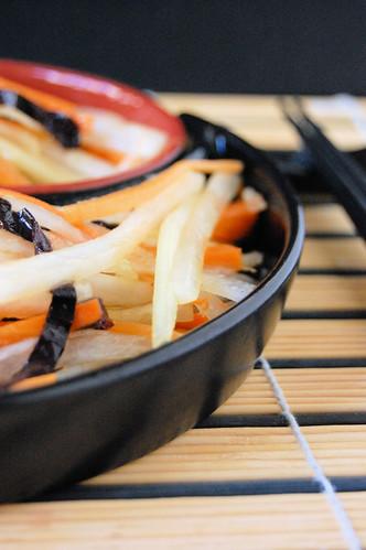 insalata di daikon, carote e cetriolo da te.