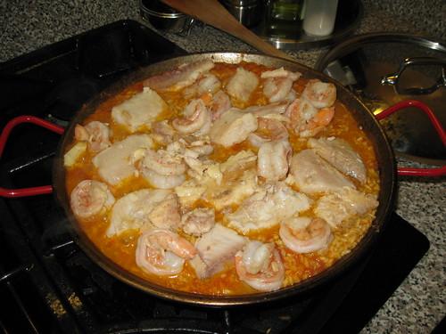cocinando la paella