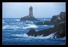 Un ligneur au pied de la vieille (jo.pensel) Tags: lighthouse france brittany bretagne bateaux breizh sein phare bzh finistère pêche phares pointeduraz pensel bardeligne enezsun razdesein capsizun merdiroise plogoff lavieille pharesetbalises jopensel photobretagne ligneur