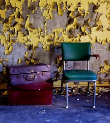 The wait (Venter) (sta) Tags: yellow chair peeling paint decay trunk suitcase gul maling stol koffert forfall flakkende