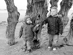 Ewan et Luka sur le sillon (ken14600) Tags: light bw monochrome photography photo perfect sale picture ken award nb best elite excellent kenji golddragon flickraward eliteimages ken14600 kenjisale