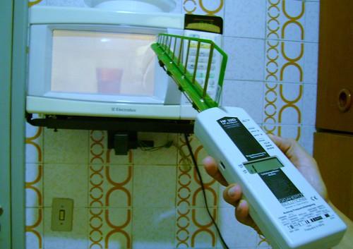 Forno de Microondas em funcionamento - Contaminação Eletromagnetica alta em distancia de até 4m do forno