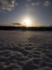 雪原に訪れる夕暮れ