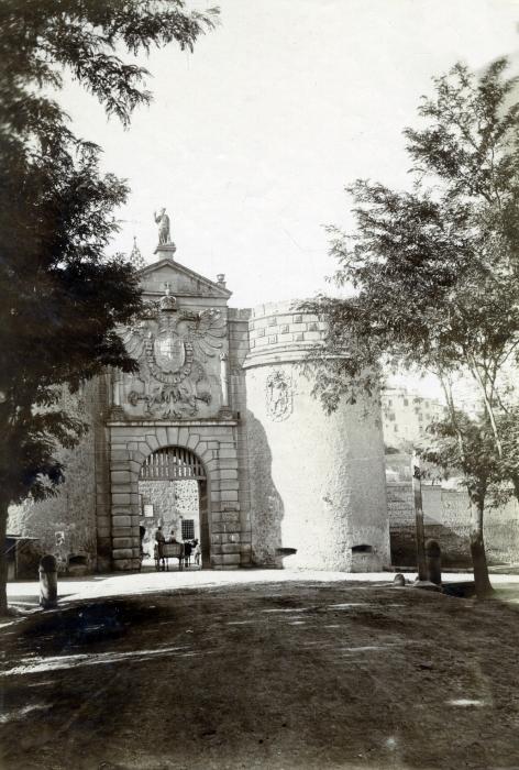 Puerta de Bisagra en junio de 1905. Fotógrafo anónimo. Colección Luis Alba. Ayuntamiento de Toledo