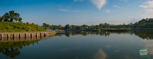 Foto panorama keindahan Embung Tambakboyo di pagi hari dengan latar gunung Merapi
