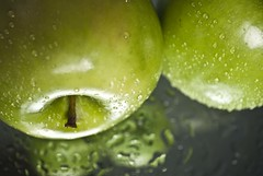 Manzanas (nuriamtm) Tags: verde green apple water drops agua gotas reflect freshness reflejos