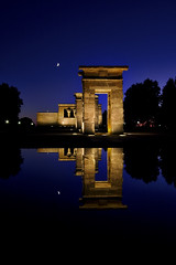Templo de Debod (alfonstr) Tags: madrid blue sky sculpture moon reflection azul night canon noche reflex cel luna escultura cielo reflejo nocturna blau 2009 1022 nit lluna globetrotter templodedebod alfons simetria 40d alfonstr