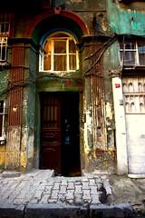 (nilgun erzik) Tags: turkey türkiye istanbul mimari doku kapı şehir fenerbalat fotografkıraathanesi fotografca biyerlerde eylul2009 evlerbinalar