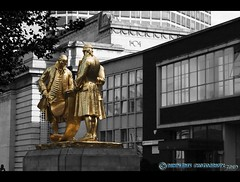 The Golden Boys (mcPhotoArts™) Tags: uk greatbritain england blackandwhite bw statue gold blackwhite birmingham unitedkingdom gb sw monochrom schwarzweiss statuen broadstreet geotagging jameswatt registeroffice schwarzundweiss matthewboulton williammurdoch canoneos400d sigma1770mm2845dcmacro grosbritannien photoshopcs4 ©bumblebeephotografix vereinigteskönigreichgrosbritannien