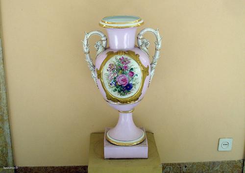 Magnifica peça de porcelana, ricamente decorada