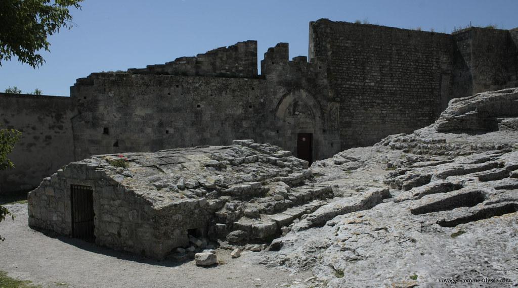 Cette nécropole, datant probablement du Xième siècle, est bien mystérieuse