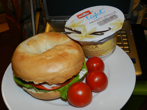 Bagel, cherry tomatoes & vanilla yogurt