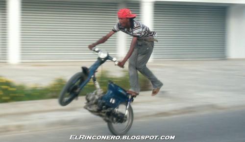 Motorista hace malabares