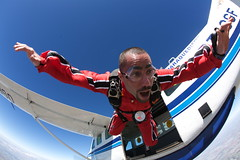 Skydive Fabio Diniz (Rick Neves) Tags: claro blue red photo foto picture rick vermelho salto neves paraquedas paraquedismo skydivingpictures rickneves skydivepictures