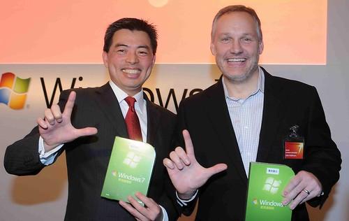 台灣微軟總經理蔡恩全及微軟全球OEM副總裁_技術暨支援部門_John_Kalkman,與全台消費者一同迎接Windows_7
