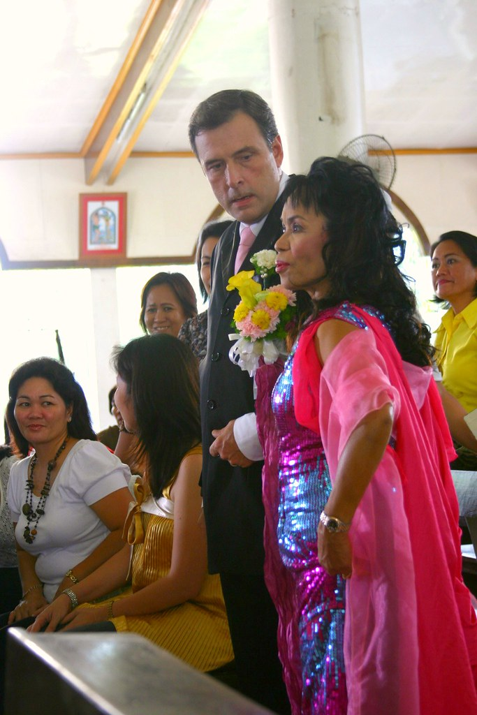 Dona Dionisia Pacquiao meets the family of Ai-ai at the center of the Lagao church in this photo.  With her is onscreen husband Miguel Faustman, the father of Sam in the movie. He played the famous David Garcia Sr. role in the teleserye Tayong Dalawa.