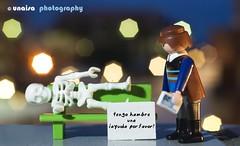 demasiado tarde (unai momoitio) Tags: light colour macro luz closeup night toy photography 50mm iso100 luces noche photo nikon dof bokeh flash tripod creative desenfoque d200 18 creatividad playmobil juguete tripode buket sb900 unaisa