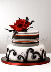 Black Beauty (Bettys Sugar Dreams) Tags: wedding red black rot rose cake germany stripes hamburg feathers hochzeit schwarz hochzeitstorte streifen fondant gumpaste federn hochzeitstorten sugarpaste flowerpaste motivtorte bettyssugardreams bettinaschliephakeburchardt bltenpaste