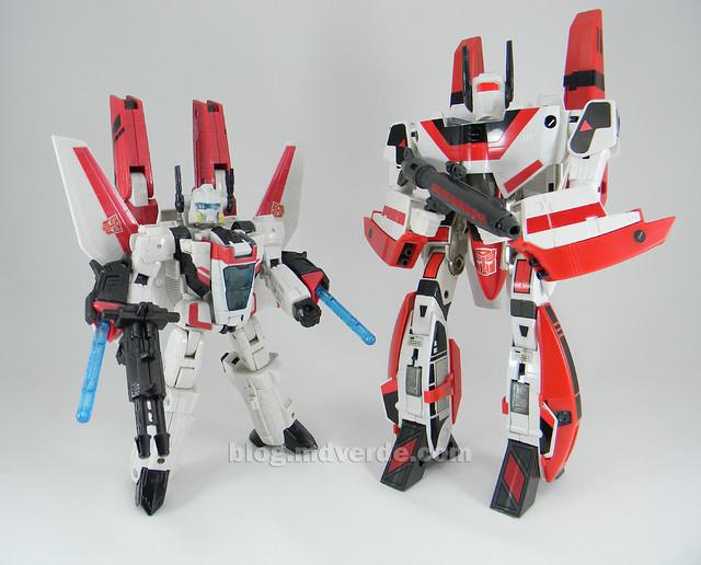 Transformers Jetfire G1 - modo robot con armadura vs Classic