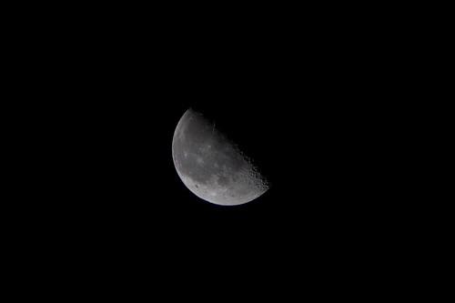 月がパカリと半分