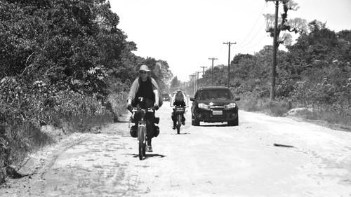 Sol fortíssimo obrigou Mario se cobrir com a capa da bike, além do chapéu