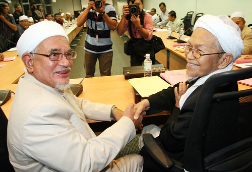 Kuala Lumput 28/10/2009 -- The PAS Spiritual leader, Datuk Nik Aziz Nik Mat shake hand with the President PAS Datuk Seri Abdul Hadi Awang (left) at the special meeting in PAS HQ.  PAS decide to hold a Political seminar and not an EGM.  Pic by OSMAN ADNAN