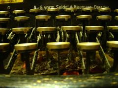 Versponnen (Froschkönig Photos) Tags: keys schreibmaschine froschkönig michau tasten störmthal seidelnaumann sonydsch50 gasthofstörmthal froschkönigphotos