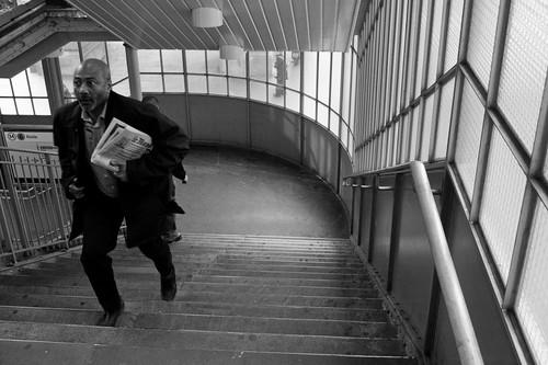 hombre corriendo por las escaleras del metro de paris