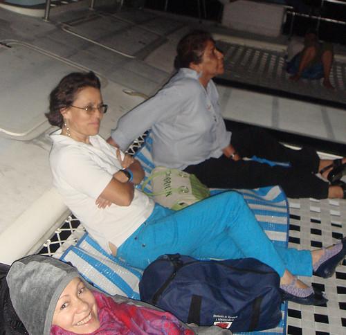 Acostadas sobre las mayas en el catamarán