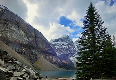 Moraine Lake - Banff National Park, Alberta, CA (André-DD) Tags: valleyofthetenpeaks morainelake lake see moraine baum tree mountain berge bäume berg mountains wasser water reflektion reflection urlaub vacation steine stones fotograf photographer banffnationalpark nationalpark banff alberta canada cans2s herbst fall autumn outdoor watercourse wolken clouds wolke cloud himmel sky landscape view creek
