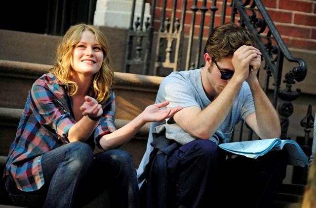 Robert Pattinson y Emilie de Ravin sentados
