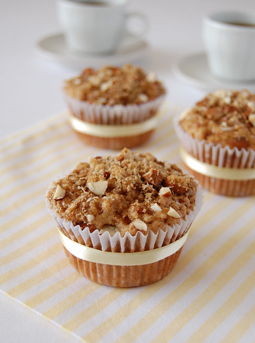 Crunchy-top pear muffins / Muffins de pêra com cobertura crocante