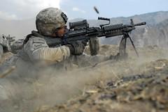 [フリー画像] [戦争写真] [兵士/ソルジャー] [アメリカ軍兵士] [銃器] [機関銃] [M249 ミニミ軽機関銃]     [フリー素材]