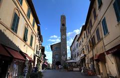 Montalcino - Verso Piazza del Popolo (Bluesky71) Tags: italy italia tuscany siena montalcino toscana valdorcia brunello piazzadelpopolo centrostorico palazzodeipriori bellitalia