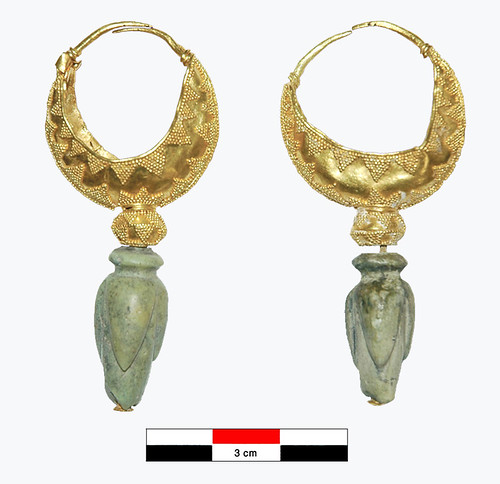 Paire de boucles d'oreilles à navicelle décorées de filigrane et de granulation ; une perle en pierre est suspendue aux éléments supérieurs (navicelle et perle biconique).