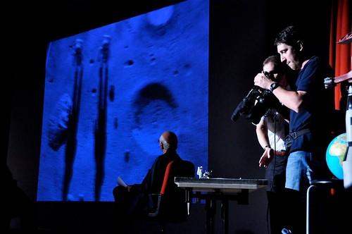 Piero Angela guarda gli esperimenti sulle ombre lunari dal vivo. Credit: Prampolo