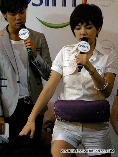 Ella giving a live demo on using the UKimono