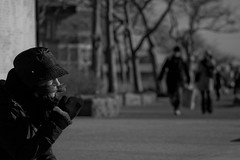 Protection (Pensiero) Tags: street nyc trees people blackandwhite bw ny newyork girl hat wind batterypark protection vento ragazza capello protezione