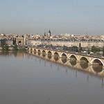 Bordeaux: La façade classique et le pont de pierre, vus de la rive droite