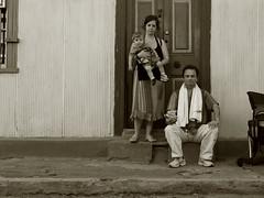 la famiglia (Rafael Edwards) Tags: chile family famille classic familia vintage valparaiso italian roman romano doorway portal tradition italians italiano romanos tradicin italianos tradicional paulstrand