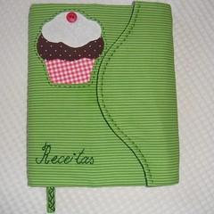 Caderno de Receitas (Arte Shi Chic) Tags: quilt handmade capa case fabric cupcake cover patchwork tecidos appliqu aplicao aplicaes patchcolagem coverbook capaparalivros aplicaoemtecido capaparacaderno