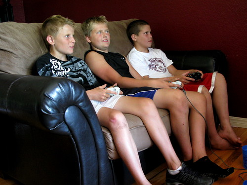6th graders heavily engrossed in Call of Duty gaming, by OakleyOriginals, Creative Commons: Attribut