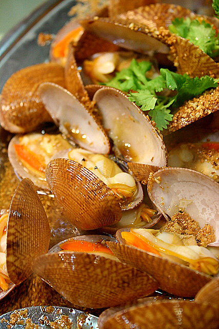 Flower clams doused with deep-fried minced garlic