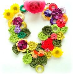Flores no canteiro, colar de croch (Lidia Luz) Tags: flower necklace leaf handmade crochet flor jewelry bijoux bijuteria folha colar bijouteria croch lidialuz