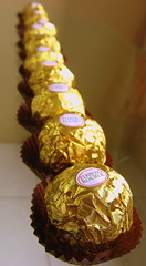 """""""Indianamente"""" organizados (Lel) Tags: food macro canon gold yummy sweet chocolate comida dourado doce delicioso canonpowershot ferrerorocher delicius guloseima canonpowershota540 powershota540"""