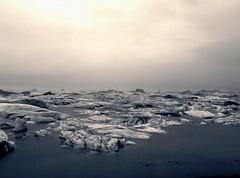 Islanda 2009-14 (Felson.) Tags: trip travel bw mist holiday ice water fog iceland lagoon bn iceberg nebbia acqua 2009 biancoenero jökulsárlón ghiaccio ghiacciaio islanda vatnajökull lagona breiðamerkurjökull