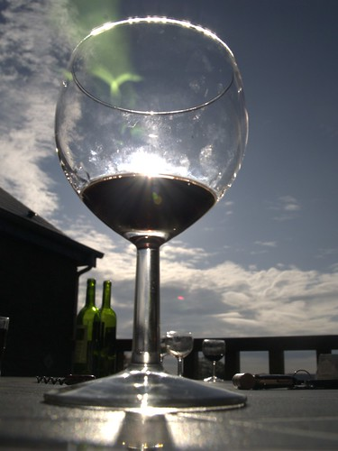 Op het terras met de herfstzon in je glas